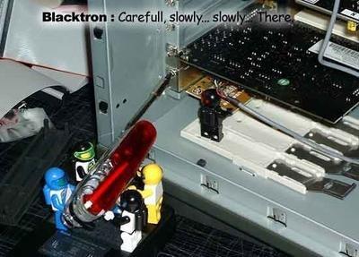 PC construido por personajes de Lego