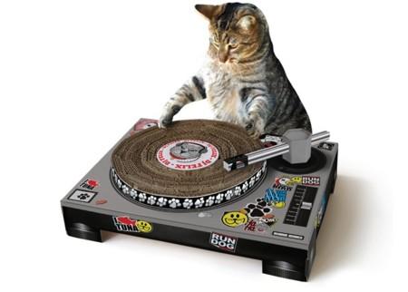 [Inocentada 2015] Tu gato también quiere ser DJ, y el Cat Scratch Turntable le permite entrenarse
