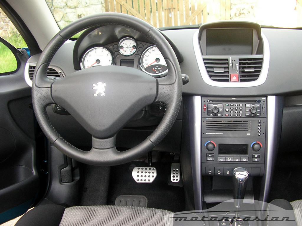 Foto de Mitsubishi Colt CZC contra Peugeot 207 CC (20/30)