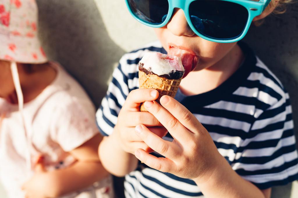 niño-helado-comer