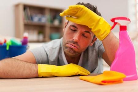 El papá como responsable de la casa: el 40% de las mujeres considera que ensucian más que limpian