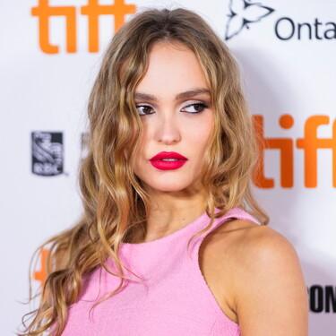 Un labial rojo y un delineador de ojos negros son las claves del maquillaje de Lily Rose Depp: ocho cosméticos para recrear su look