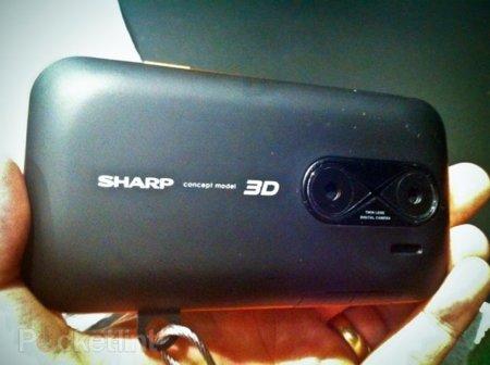 Sharp demostrando su tecnología en un teléfono completamente 3D