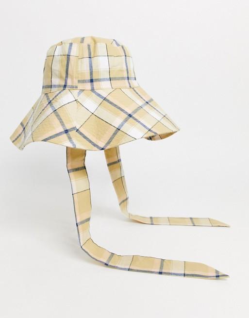 Sombrero de pescador con lazada inferior a cuadros multicolor.
