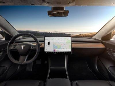 Pantalla única en el Model 3: errores y aciertos de eliminar los controles físicos