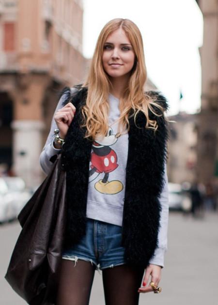 Chiara Ferragni The Blonde salad con sudadera gris de Mickey Mouse