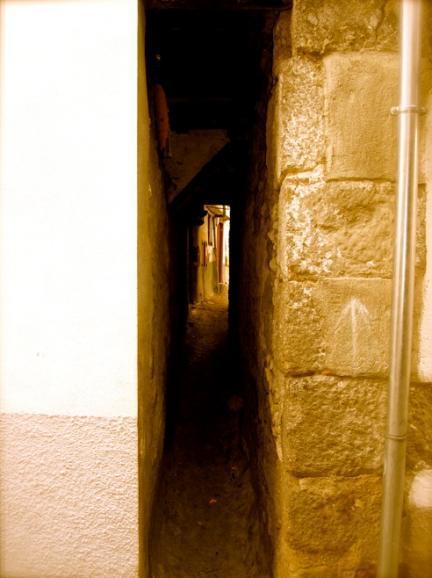 La calle más estrecha de España está en Hervás (Cáceres)