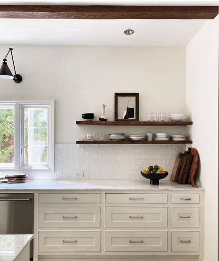 ¿A favor o en contra? Las baldas en la cocina que sustituyen (cada vez más) a los armarios altos de cocina