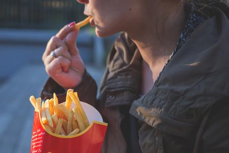 Consumir mucha comida rápida y pocas frutas podría afectar la fertilidad de las mujeres