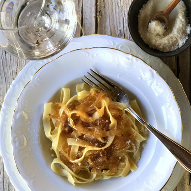 Pasta italiana con cebolla caramelizada, la receta hecha con amor para los que más quieres