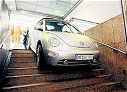 Confunde unas escaleras de metro con la entrada a un parking