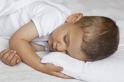 ¿Cuándo deben empezar a dormir con almohada?