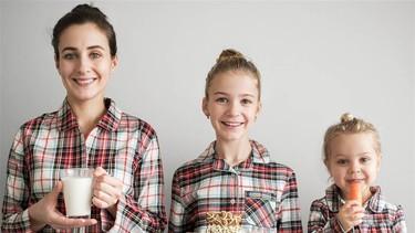 Las adorables fotos de una madre y sus dos hijas que combinan su ropa para lucir iguales