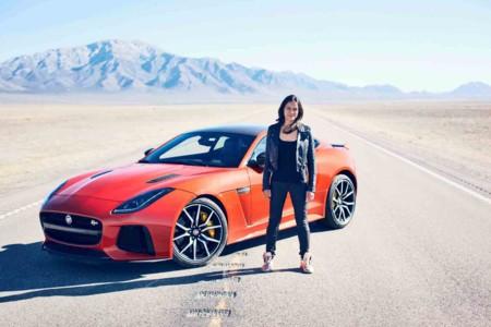 Michelle Rodríguez alcanza los 323 km/h en el  nuevo Jaguar F-TYPE SVR