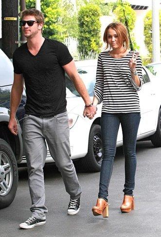Los mejores zapatos y sandalias de las famosas para este verano. Miley Cyrus