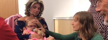 El emotivo momento en el que una madre escucha el corazón de su hijo fallecido en el pecho de la bebé que lo recibió
