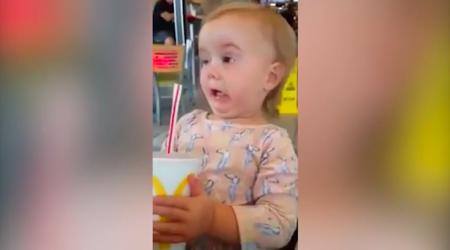Comparte la divertida reacción de su hija al probar la Coca Cola por primera vez y recibe cientos de críticas