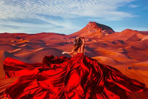 'Wanderlust' de Kristina Makeeva, cuando el entorno y el sujeto crean una química visual impactante