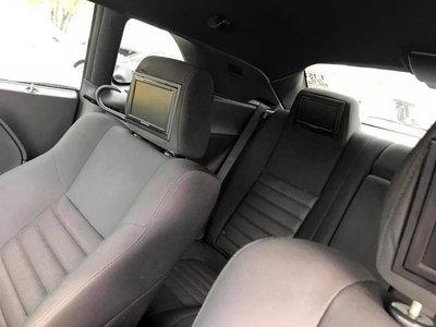 Agregar pantallas a los respaldos de los asientos, algo común, pero... ¿Colocarlas del lado contrario?