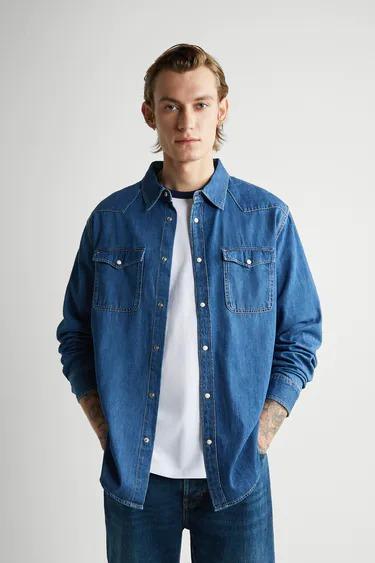 Camisa en denim color azul con pespuntes