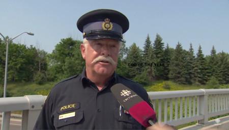 Constable Graham Williamson es ese policía que evita peleas de tráfico desde lo alto de un puente