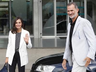 La Reina Letizia elige el blanco, el negro y los lunares para visitar al Rey Juan Carlos tras su operación de corazón