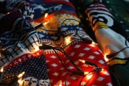 Los jerséis navideños a lo Bridget Jones se vuelven modernos. Bienvenidos a una nueva era