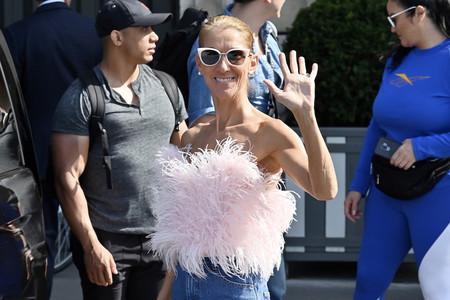 Celine Dion se convierte en la reina del estilo de París con este top de plumas rosa combinado con vaqueros