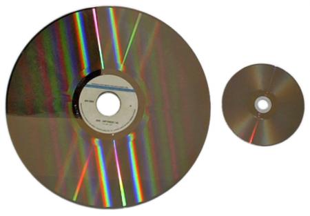 Un LaserDisc al lado de un DVD. Adivinad cuál es cuál.