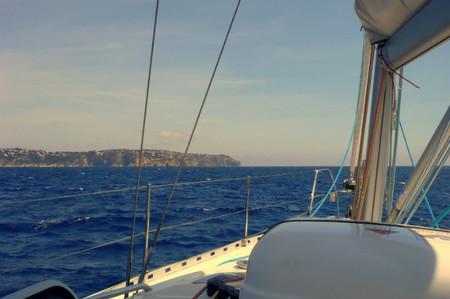viajar en velero por la costa