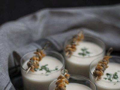 Crema tibia de espárragos con berberechos. Receta fácil y rápida para Navidad