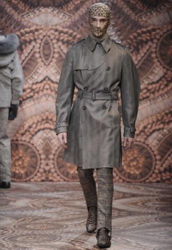 Alexander McQueen, Otoño-Invierno 2010/2011 en la Semana de la Moda de Milán, pasamontañas