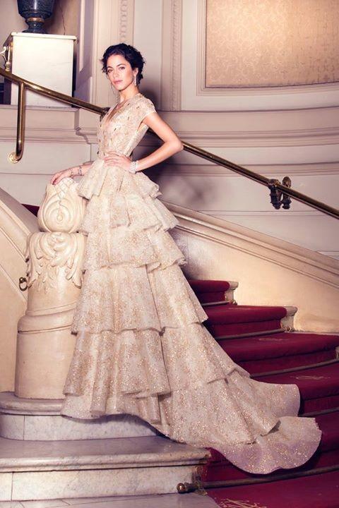 7a3e5a1eee Un vestido de alfombra roja que demuestra el talento para crear una marca  que destila pureza y sofisticación.