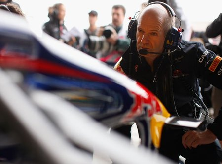 Adrian Newey no descarta seguir evolucionando el Red Bull RB7