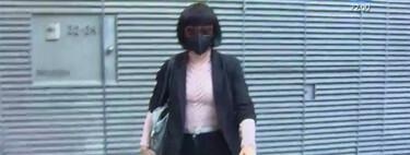 La salida del domicilio Mainat de Angela Dobrowolski: sin maletas, en taxi, con gafas de sol y peluca a lo estilista de 'Los Increíbles'
