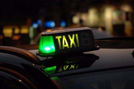 Taxímetro calcula el precio del viaje en taxi