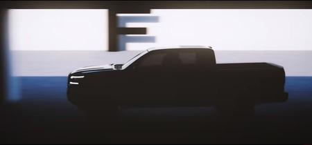 Las nuevas Nissan NP300 y Frontier 2021 dejan ver su renovado look entre la penumbra