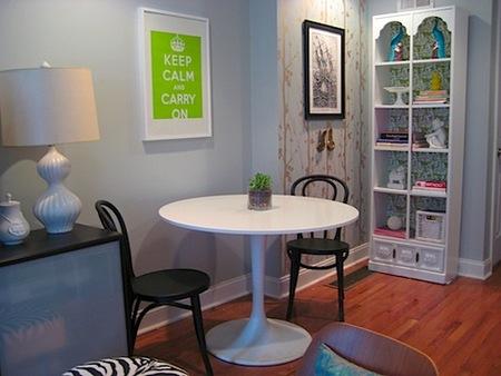 Una buena idea: dale fondo a tus muebles con papel pintado