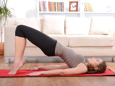 Tres rutinas con tu peso corporal para entrenar en casa un día de lluvia