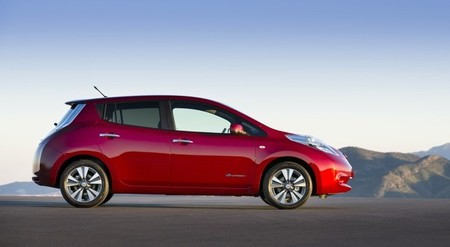 Nissan LEAF 2013 rojo lateral