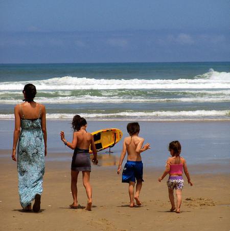 ¿Estás entre los padres que nunca dejaría a sus niños en casa mientras se va de vacaciones?