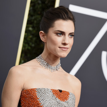 Allison Williams llega a la red carpet de los Globos de Oro 2018 para romper el total black de la noche