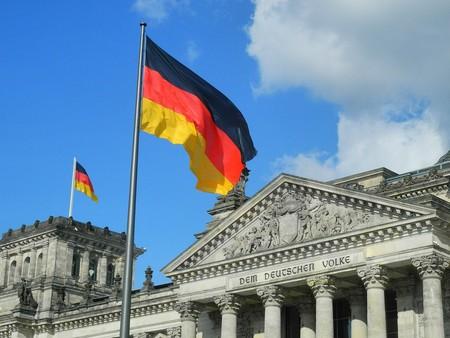 Banderas de Alemania en el Reichstag en Berlín
