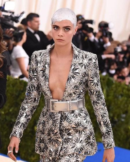 Cara Delevigne se mimetiza con su diseño de Chanel Alta Costura para la Gala MET 2017