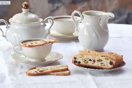 Biscottini o galletas finas crujientes de frutos secos, una dulce receta para compartir en la sobremesa