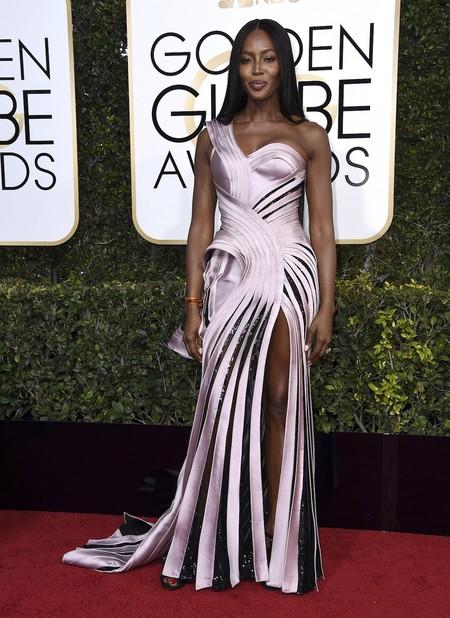 Naomi Campbell De Versace En Los Globos De Oro 2017