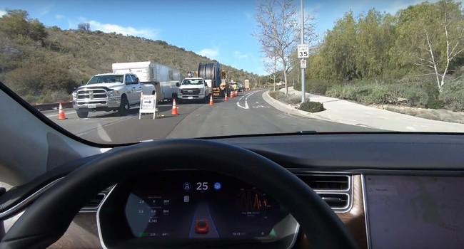 Así se las apaña la última versión del Autopilot de Tesla en una carretera en obras