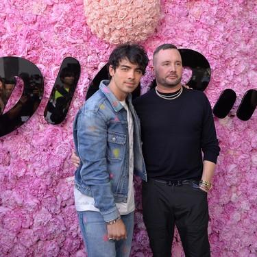 Kim Jones reúne a un séquito de celebridades para su debut en Dior Homme en París