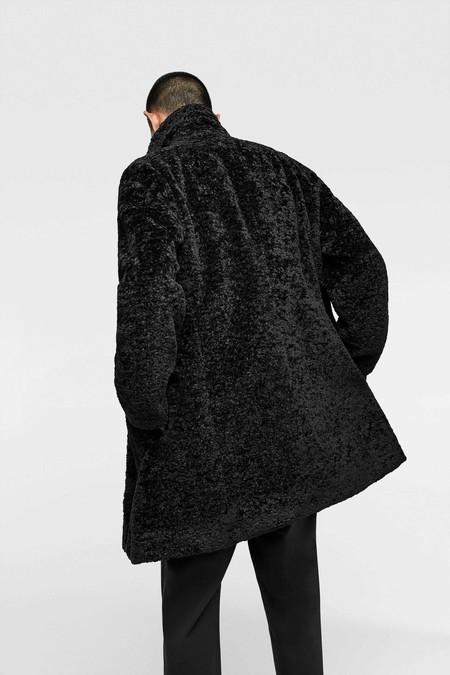 Estos Abrigos De Pelo Seran Tu Armadura Perfecta Contra El Frio Invierno Faux Fur Men Coats Street Style