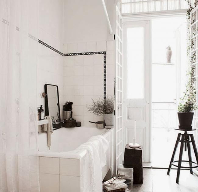 Un ba o vintage en blanco y negro t pico de una casa - Banos blanco y negro ...